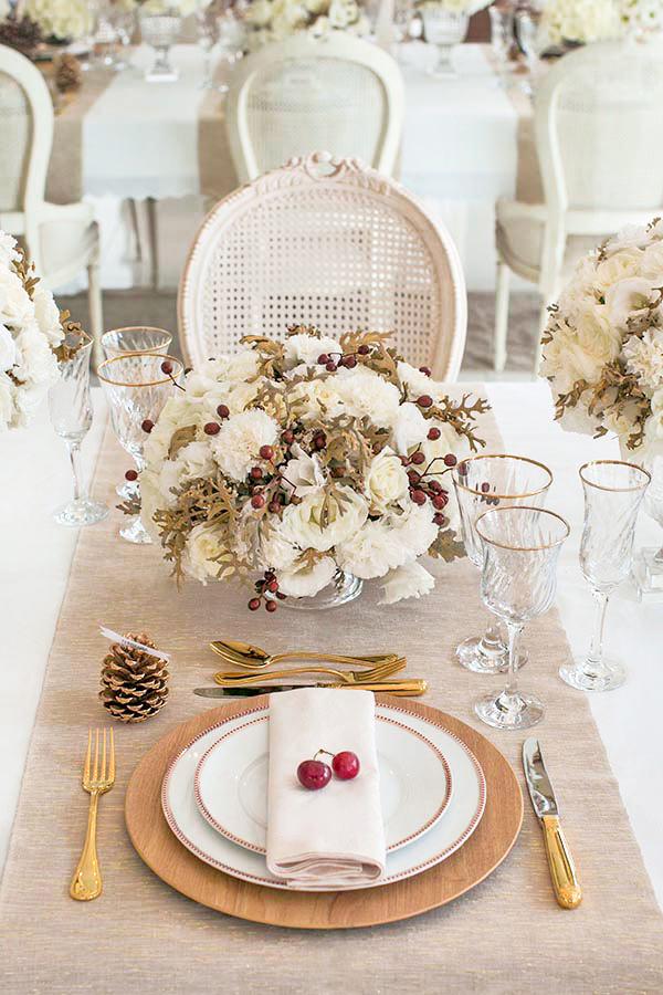 decoração em branco, dourado e vermelho para o almoço de Natal